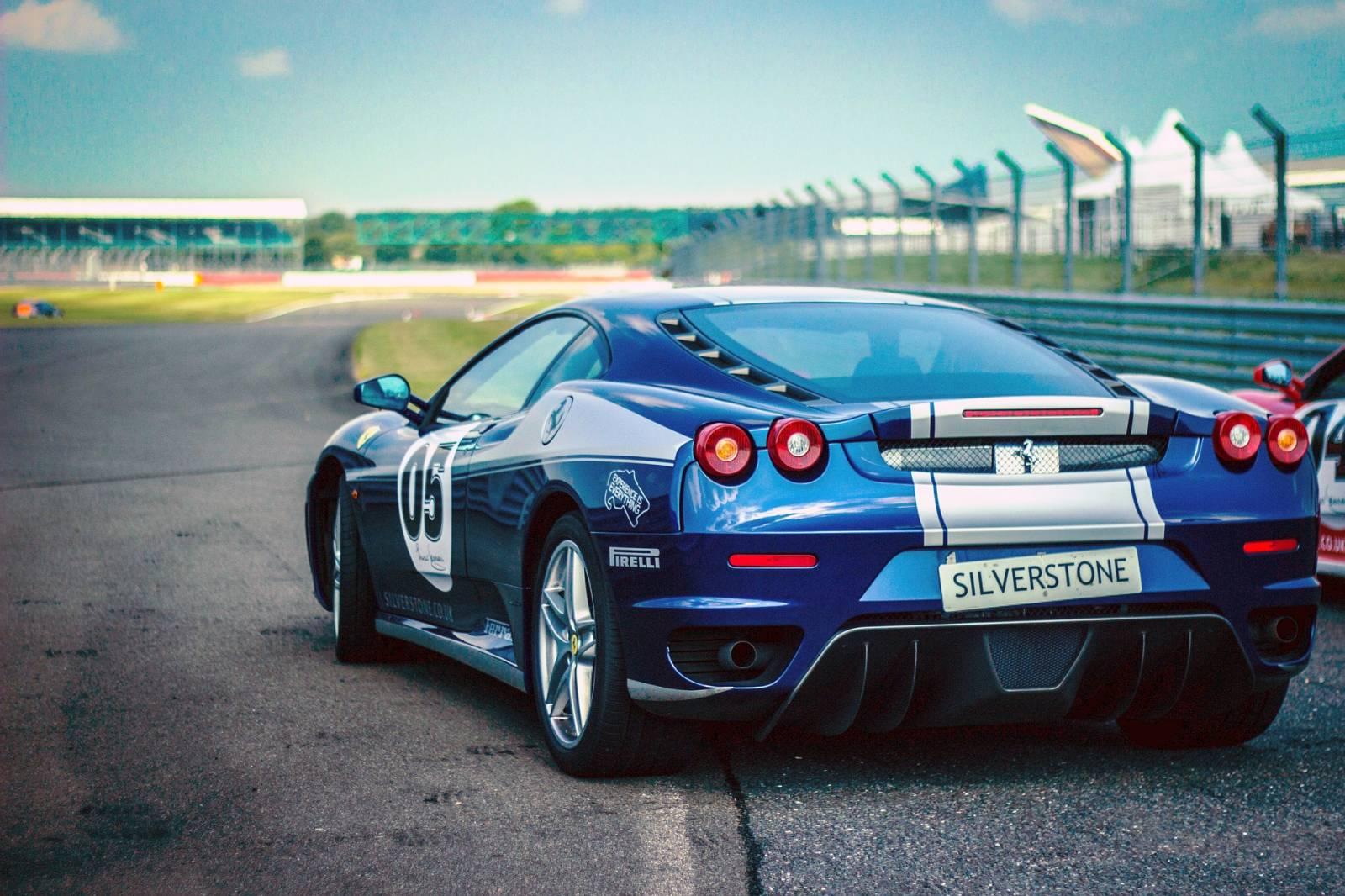 autós szülinapi képeslapok Ferrari versenyautó   Képeslapküldés   e kepeslap.com autós szülinapi képeslapok